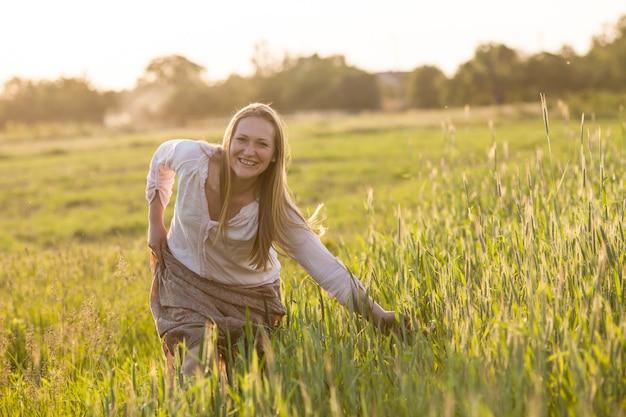 Женщина в поле наслаждается гармонией пшеницы с природой