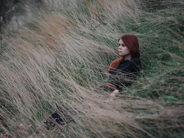 フィールドの女性は草の自由レジャーライフスタイルにあります