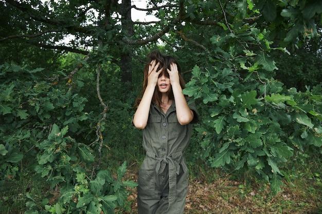 여자 얼굴에 손을 잡고 숲에서 녹색 잎 자연 죄수 복 배경 여름 클로즈업