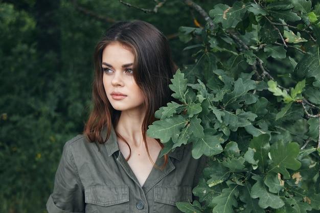 森の中の女性緑の茂みの横を見てくださいクローズアップ新鮮な空気のトリミングされたビュー