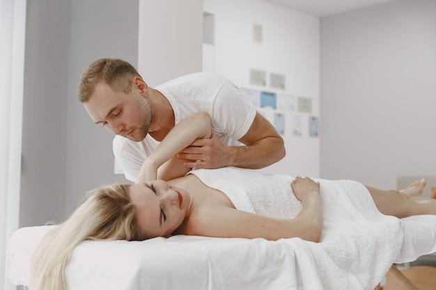Женщина в медицинском кабинете. физиотерапевт восстанавливает спину.