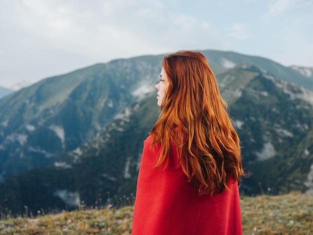 산에서 여자 집 자연 붉은 격자 무늬 멋진 여행. 고품질 사진