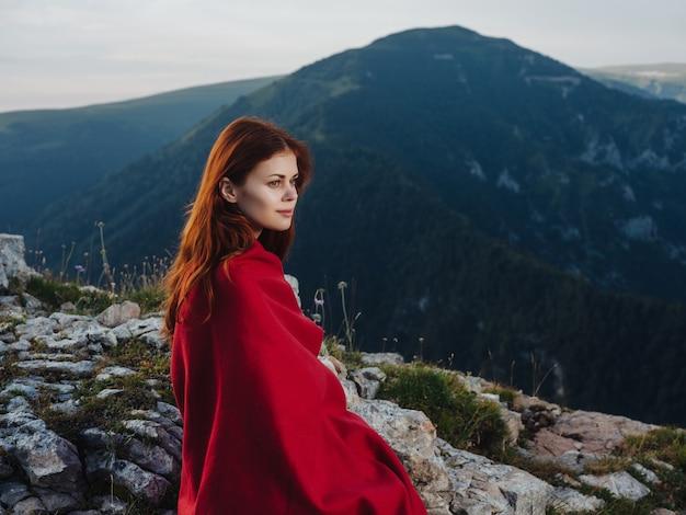 산속의 여자 집 자연 붉은 격자 무늬 멋진 여행