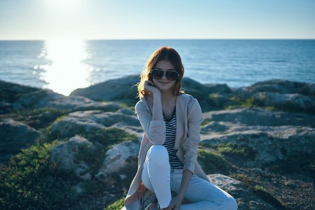 海の近くの山の女性とtシャツセーターモデル日没夏