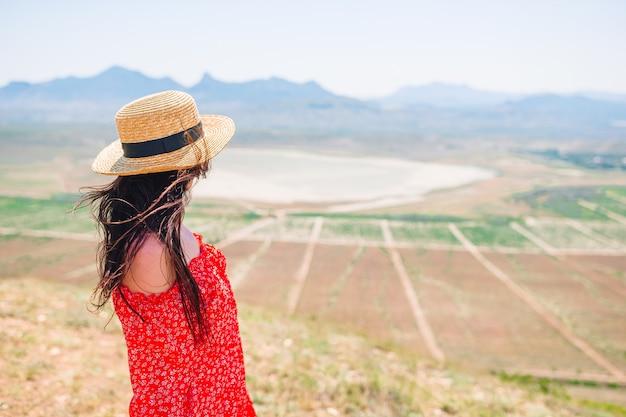 여름 휴가에 산에있는 여자