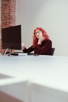 Женщина в офисе с монитором