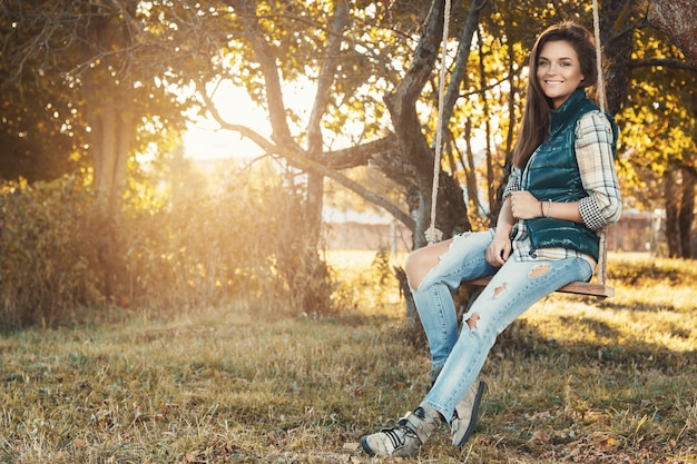 Женщина в парке в солнечный осенний день