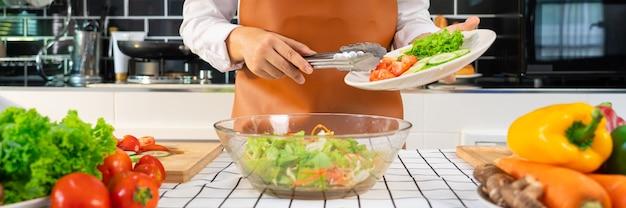 건강한 음식을 준비하는 과정에서 여자 야채 샐러드