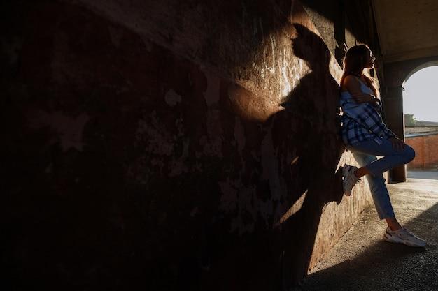 都市のアーバンスタイルのアーチの太陽の光線の女性