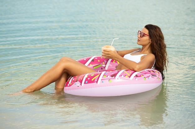 ゴム製のリングに海の女性。
