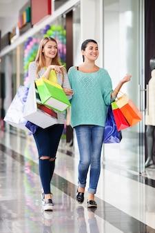 ショッピングモールの女性