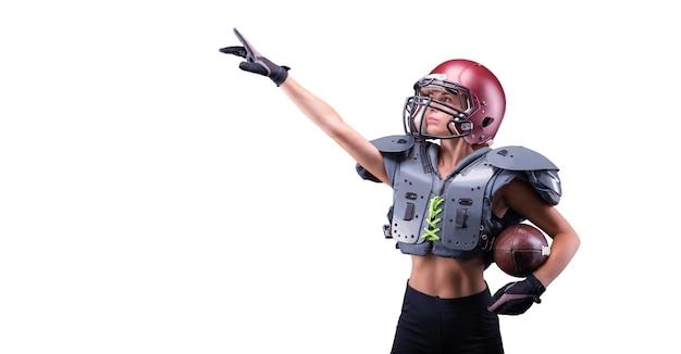 미식축구팀 선수 유니폼을 입은 여성이 손가락으로 빈 공간을 가리킵니다. 스포츠 개념입니다. 혼합 매체