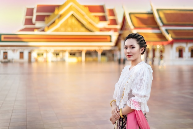 Женщина в традиционном азиатском платье