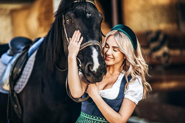 Женщина в традиционной одежде с лошадью