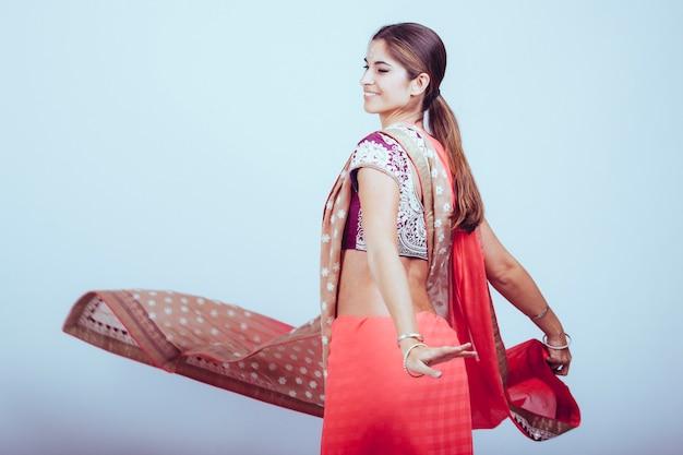 踊るインドの伝統的な服の女性