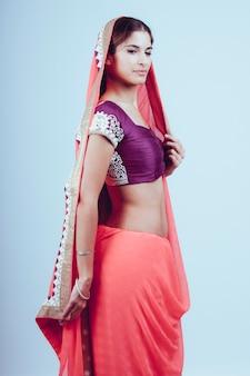 インドの伝統的な服の女性