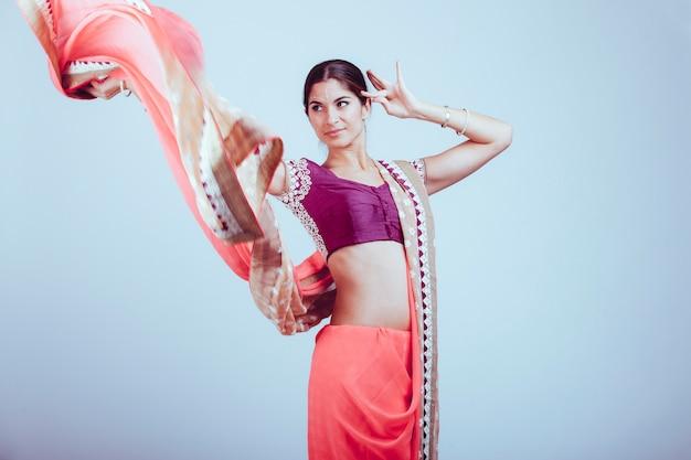 伝統的なインドのサリーの女