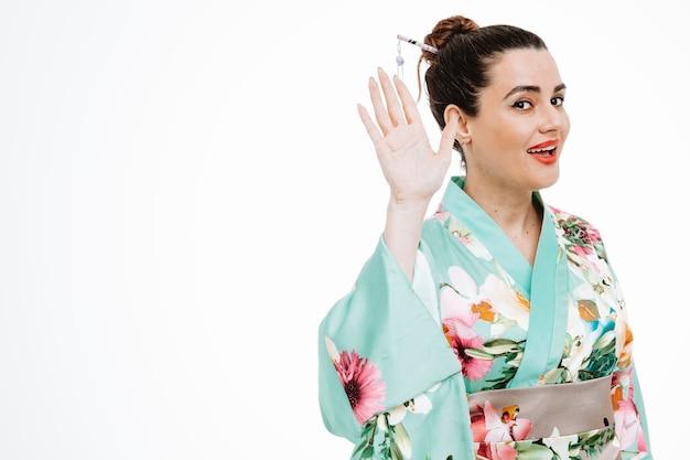 伝統的な日本の着物の女性は、白で笑顔の手で幸せで前向きに手を振っています