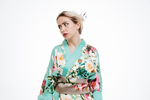 イライラしたりイライラしたりして目をそらしている日本の伝統的な着物姿の女性