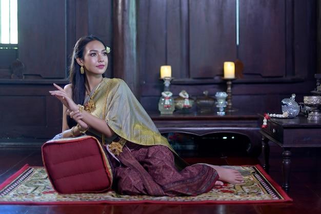 伝統的なタイのドレスの女性