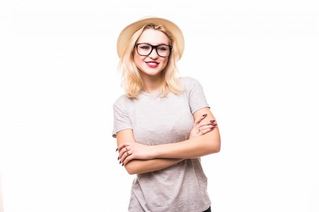 Женщина в прозрачных очках со скрещенными руками на груди, изолированная на белой стене