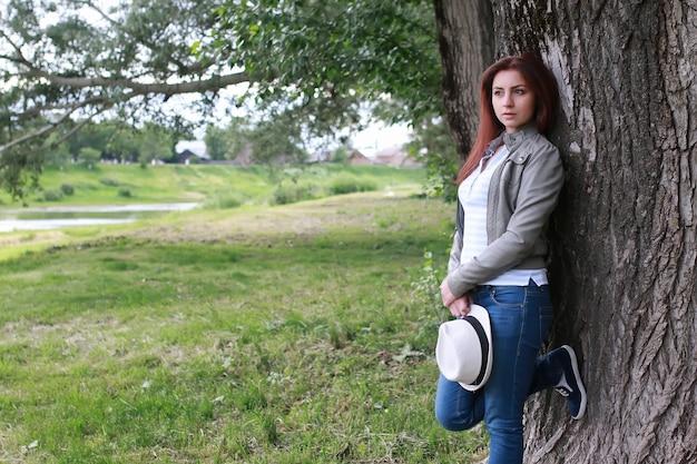 나무 공원 야외에서 여자