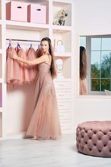 Женщина в вечернем платье из тюля