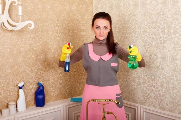 制服を着た女性と洗浄剤の手袋