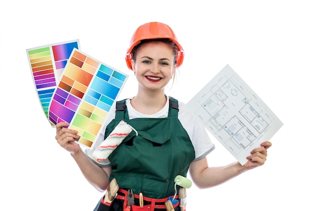 カラーパレットと家の計画と制服を着た女性