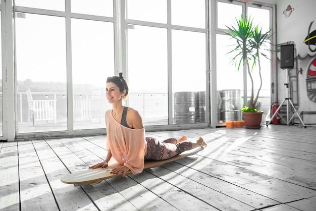 Женщина в положении йоги собаки лицом вверх.