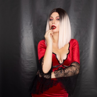 Женщина в костюме вампира со скорпионом