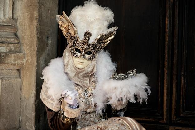 벽에 베네치아 카니발 의상 여자