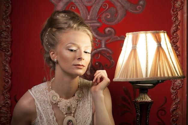빅토리아 드레스와 인테리어에 여자입니다. 풍부한 라이프 스타일. 빈티지와 역사