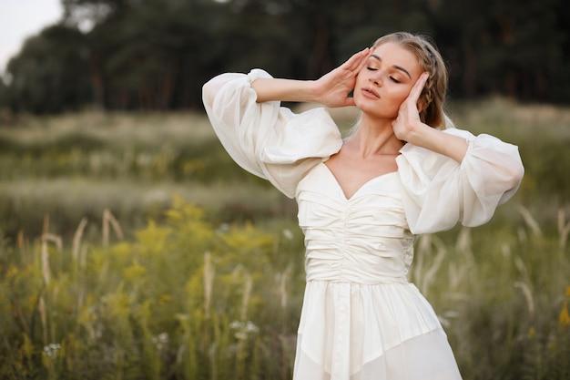 Женщина в винтажном платье на закате осенью