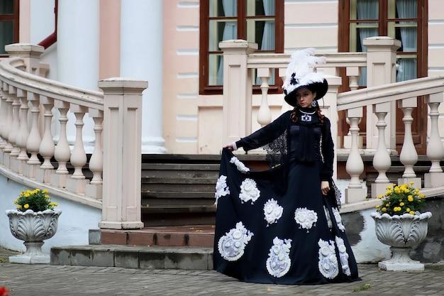 城のポーチにヴィンテージドレスの女性