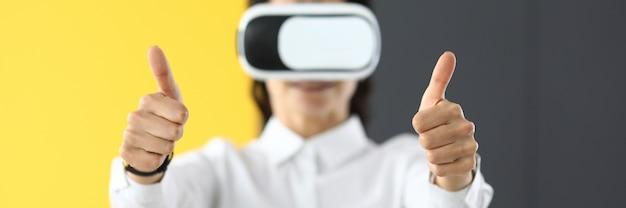 Женщина в очках виртуальной реальности стоит и держит палец вверх. концепция лучших онлайн-игр