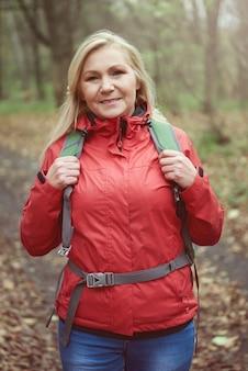 Женщина в теплой красной куртке