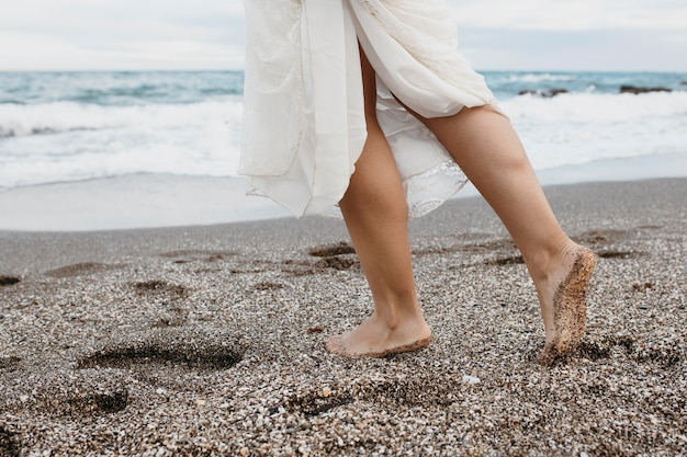 ビーチでウェディングドレスを着た女性