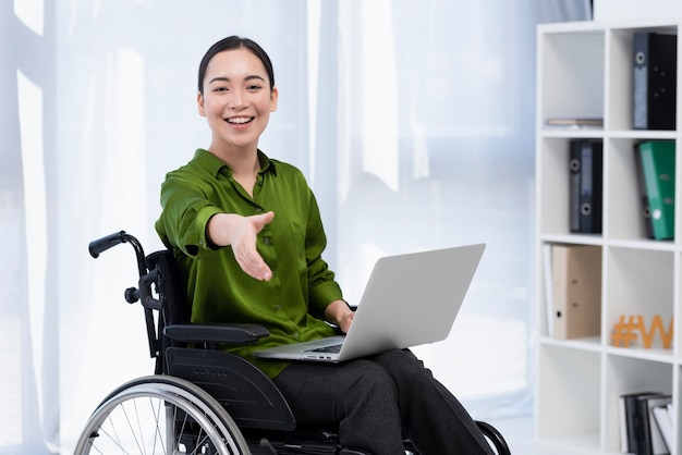 노트북으로 휠체어에서 여자