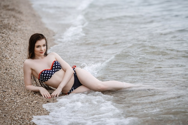海辺でさわやかな白い服を着た女性。