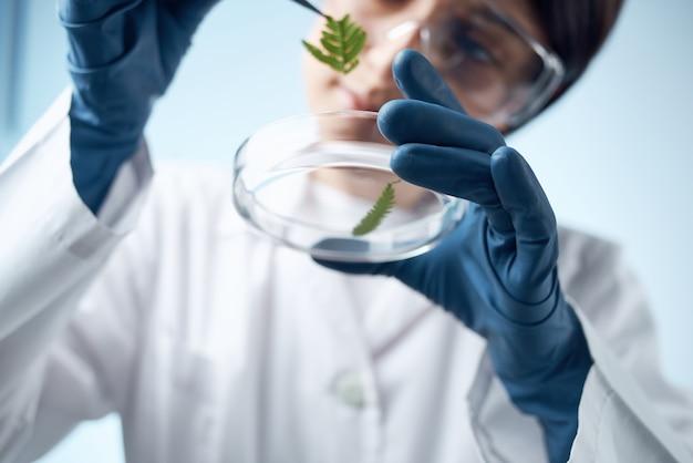 백의를 입은 여성 생물학 연구 진단 과학