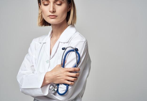 Женщина в белом халате врач и стетоскоп
