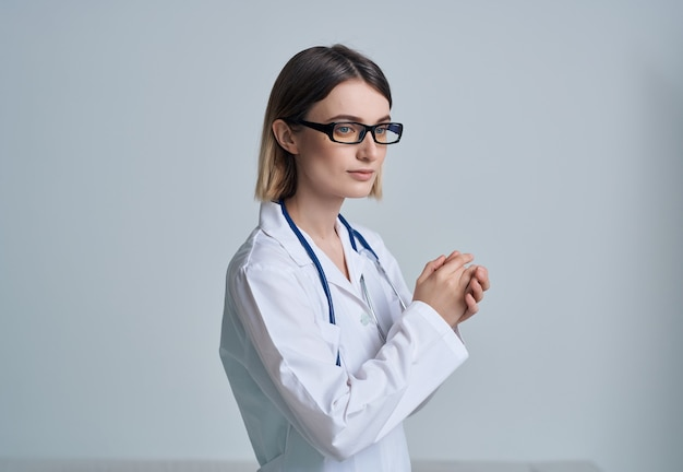 백의를 입은 여성 청진기 치료 병원 근무