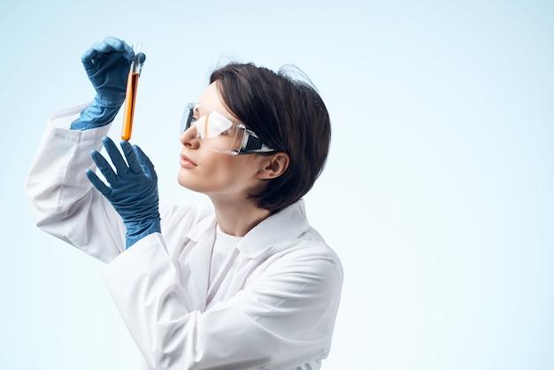 백의를 입은 여성 시험관 화학 용액 분석 진단