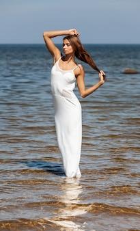 바다에 대 한 흰 드레스 여자 프리미엄 사진