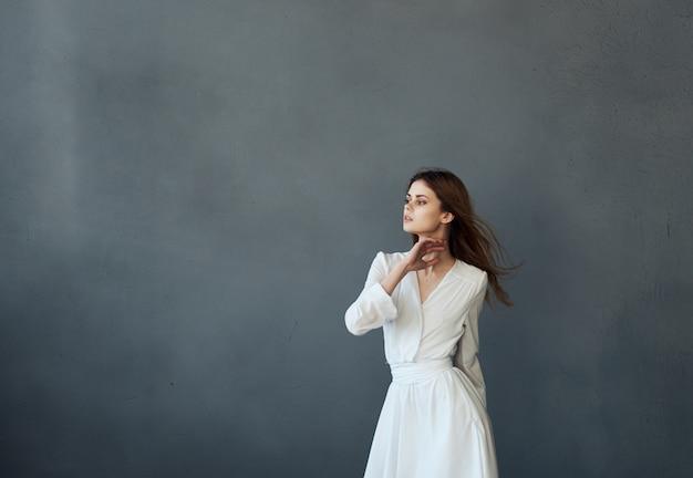 흰 드레스와 패션 매력적인 어두운 배경 댄스 여자