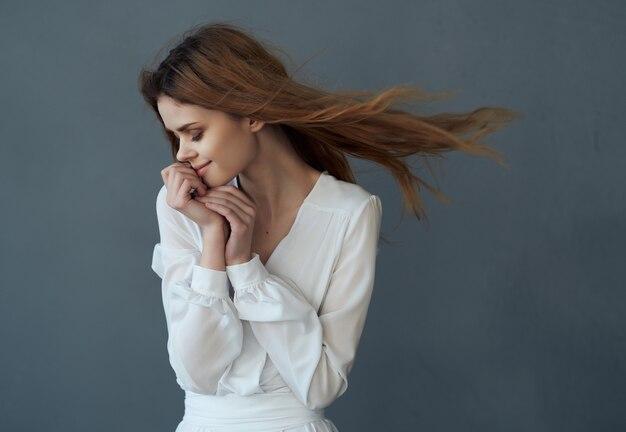흰 드레스를 입은 여자 아름다운 헤어스타일 패션 럭셔리 포즈 어두운 배경