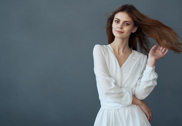 흰 드레스에 여자 아름 다운 헤어스타일 럭셔리 격리 된 배경