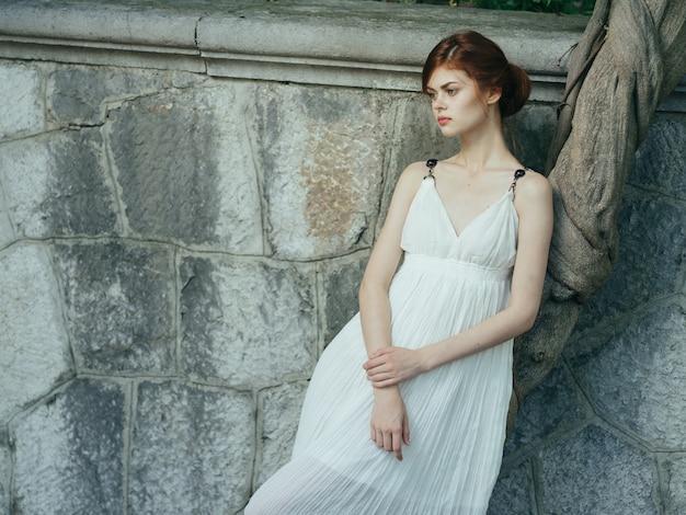 白いドレスの女性は自然の豪華なモデルを魅了します