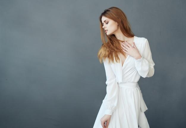 흰 드레스 댄스 매력적인 어두운 배경 사치에 여자